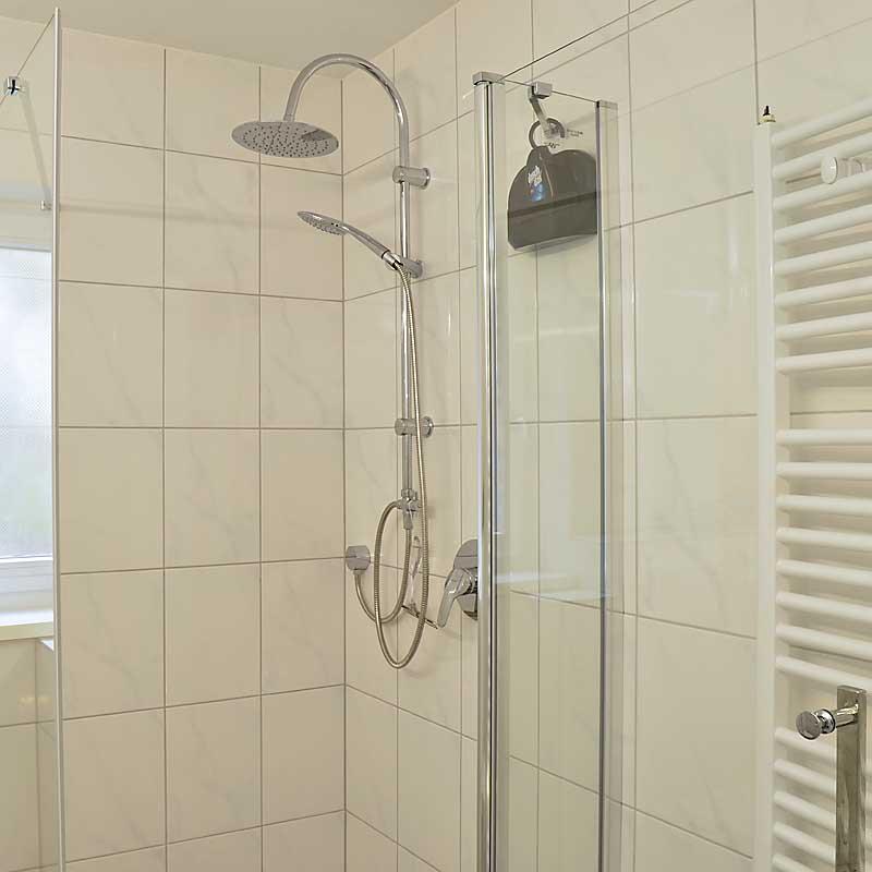 Modernes Tageslichtbad mit Dusche / WC