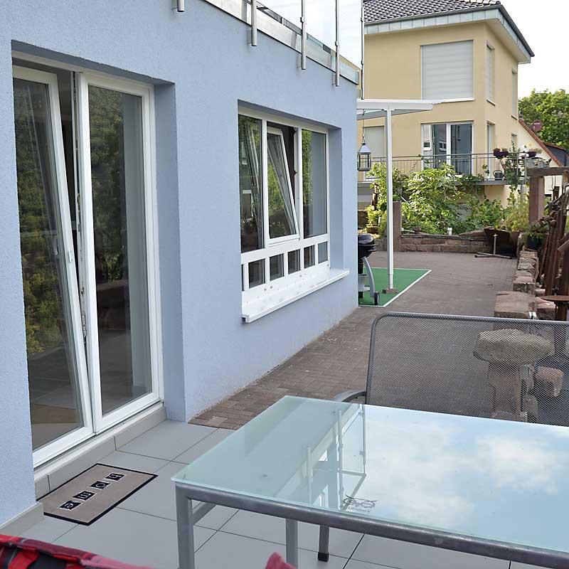 Terrasse vor der Küche, mit direktem Zugang (Ferienwohnung Uhuherz, Pfalz - Neustadt an der Weinstraße).