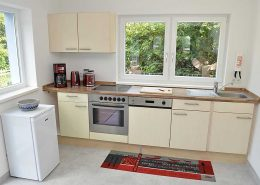 Moderne Einbauküche mit E-Herd, Ceranfeld, Geschirrspüler und Kühlschrank mit Eisfach. Zusätzlich steht im Funktionsraum eine Kühl-/Gefrierkombination!