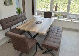 Essbereich mit zwei Bänken und Stühlen