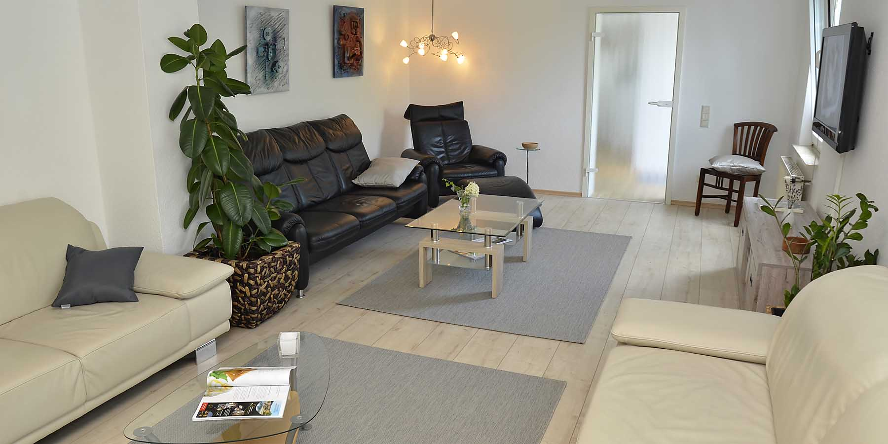 Großes Wohnzimmer mit vier Sofas - hier lässt es sich leben!