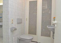 Im Vorraum des Badezimmers 2 - ein WC mit zusätzlichem Waschbecken.