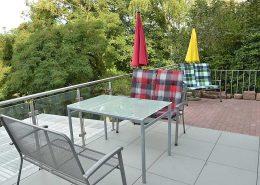 Weitere Terrassenfläche nicht überdacht, mit zusätzlichem Tisch, Stühlen und Bänken ...