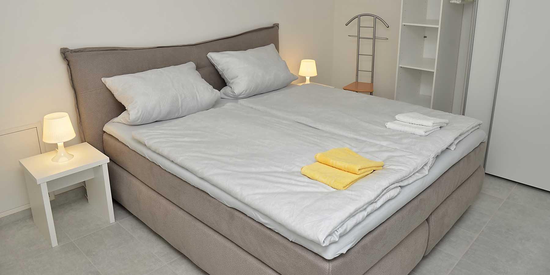 Eines von drei Schlafzimmern der Ferienwohnung Uhuherz, Neustadt / Weinstraße.