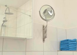 Kosmetikspiegel und Föhn sind in beiden Badezimmern vorhanden.